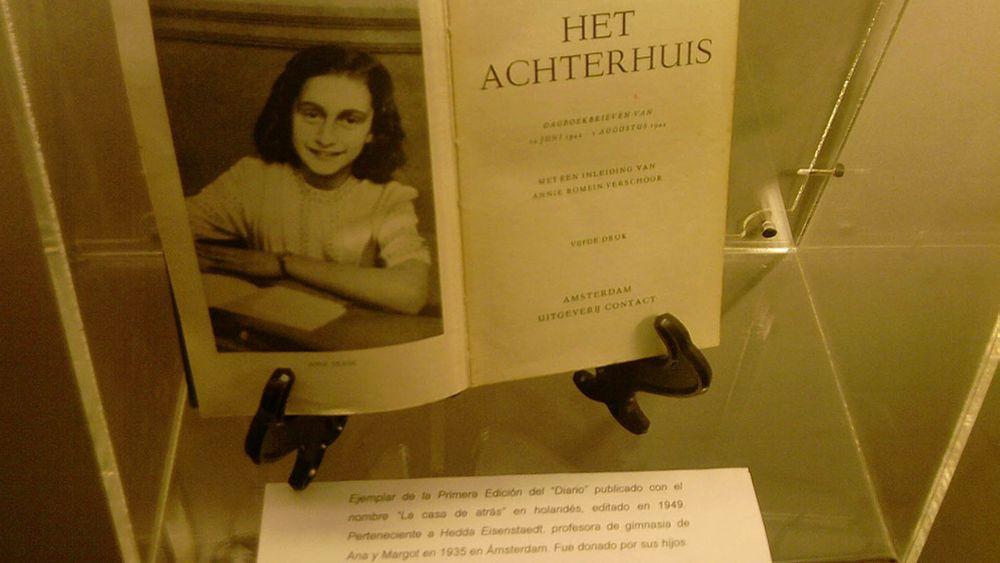 Primera edición del libro póstumo de Ana Frank, editado por su padre. Este testimonio escrito entre 1942 y 1944 aún conmueve al mundo.