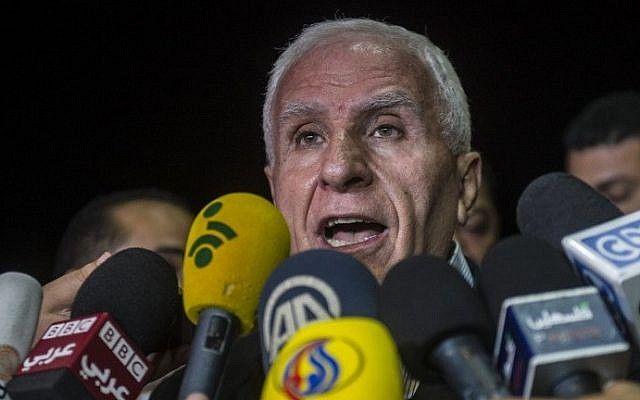 Azzam al-Ahmad da una conferencia de prensa en un hotel en El Cairo, el 13 de agosto de 2014. (Crédito de la foto: AFP / Khaled Desouki)