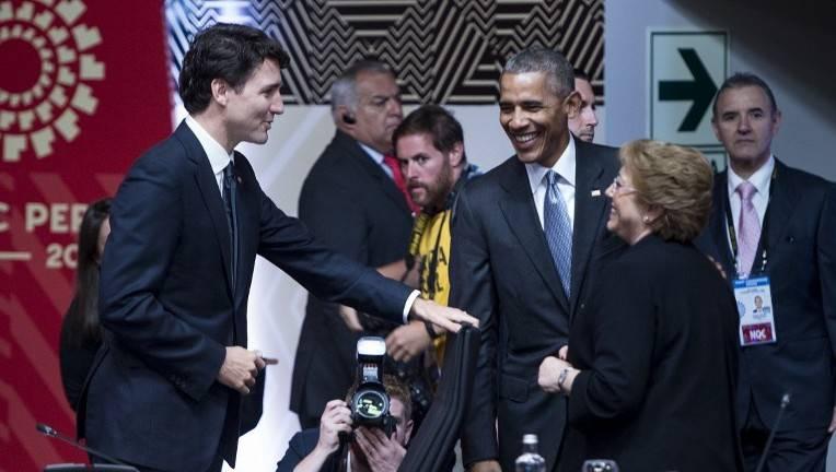 El Primer Ministro de Canadá Justin Trudeau (L), el Presidente de EE. UU. Barack Obama (C) y la Presidenta de Chile Michelle Bachelet hablan antes del inicio de una reunión de líderes económicos durante la Cumbre de Cooperación Económica Asia-Pacífico en el Centro de Convenciones de Lima, el 20 de noviembre de 2016 en Lima.(AFP photo / Brendan Smialowski)