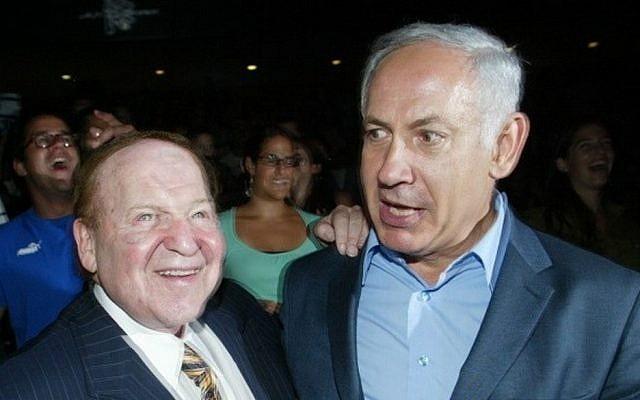 El multimillonario empresario estadounidense Sheldon Adelson (izq.) Se reúne con Benjamin Netanyahu durante una ceremonia en el Palacio de Congresos de Jerusalén, el 12 de agosto de 2007. (Flash90)