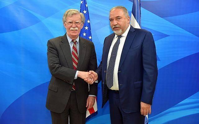 El Ministro de Defensa Avigdor Liberman (R) se reúne con el Asesor de Seguridad Nacional de los EE. UU. John Bolton en Jerusalén el 20 de agosto de 2018. (Ariel Hermoni / Ministerio de Defensa)
