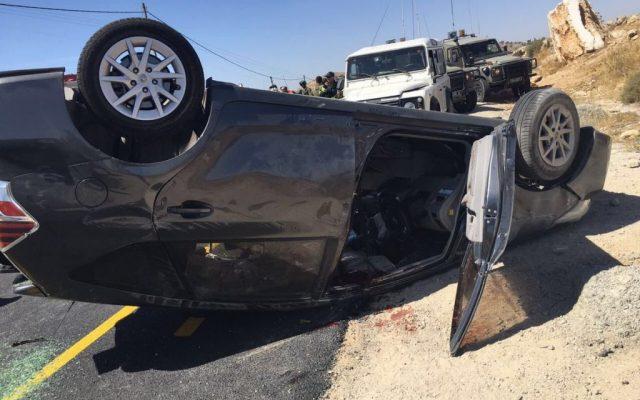 La policía israelí busca evidencia en la escena donde mataron a Miki Mark y tres miembros de su familia resultaron heridos cuando un terrorista palestino abrió fuego contra su automóvil, el 1 de julio de 2016, al sur de Hebrón. (AFP / Hazem Bader)