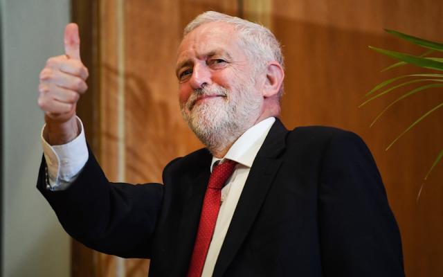 El líder del Partido Laborista, Jeremy Corbyn, deja el escenario después de pronunciar un discurso en la Universidad de Queens en Belfast, Irlanda del Norte, el 24 de mayo de 2018. (Jeff J Mitchell / Getty Images vía JTA)