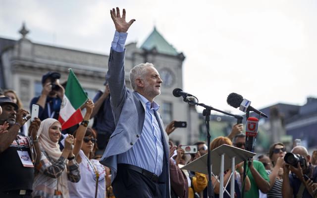 Jeremy Corbyn se dirige a la multitud en Trafalgar Square en Londres, Inglaterra, el 13 de julio de 2018. (Niklas Hallen / AFP / Getty Images / vía JTA)