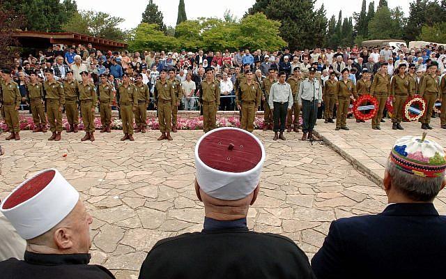 Ilustrativo: Un servicio conmemorativo para los soldados israelíes en el cementerio militar de la aldea drusa de Isfiya, en el norte de Israel. (Oficina de Prensa del Gobierno)