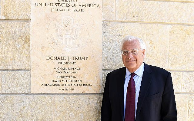 Embajador de los Estados Unidos en Israel David Friedman en la embajada de los Estados Unidos, Jerusalem, 30 de mayo de 2018, posando delante de una entrevista del Times of Israel (Matty Stern, embajada de los Estados Unidos en Jerusalem)