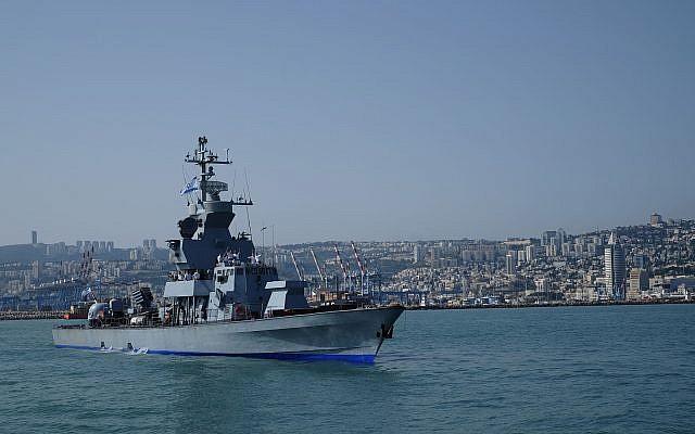 Archivo: Un barco de misiles de clase Sa'ar 4.5 sale del puerto de Haifa por delante de la flotilla de la Marina israelí en honor del 70º Día de la Independencia de Israel el 19 de abril de 2018. (Judah Ari Gross / Times of Israel)