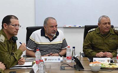 El ministro de Defensa, Avigdor Liberman, en el centro, habla con el jefe de las FDI, Gadi Eisenkot, derecha, y otros altos oficiales militares durante una visita a la División de Gaza el 13 de agosto de 2018. (Shahar Levi / Ministerio de Defensa)