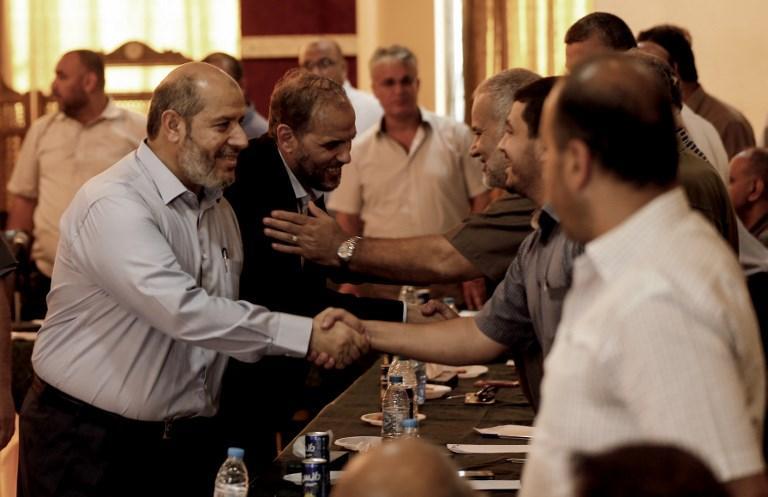Funcionarios de Hamas Husam Badran (2 ° -L) y Khalil al-Hayya (L) llegan a una reunión con las facciones palestinas en la ciudad de Gaza el 5 de agosto de 2018. (AFP PHOTO / MAHMUD HAMS)