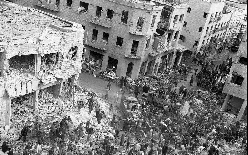 La escena de un coche bomba en la calle Ben Yehuda de Jerusalén, 22 de febrero de 1948. Los terroristas árabes que manejaban vehículos del ejército británico estallaron, matando a entre 49 y 58 civiles, e hiriendo a entre 140 y 200. (Efraim Ilani)