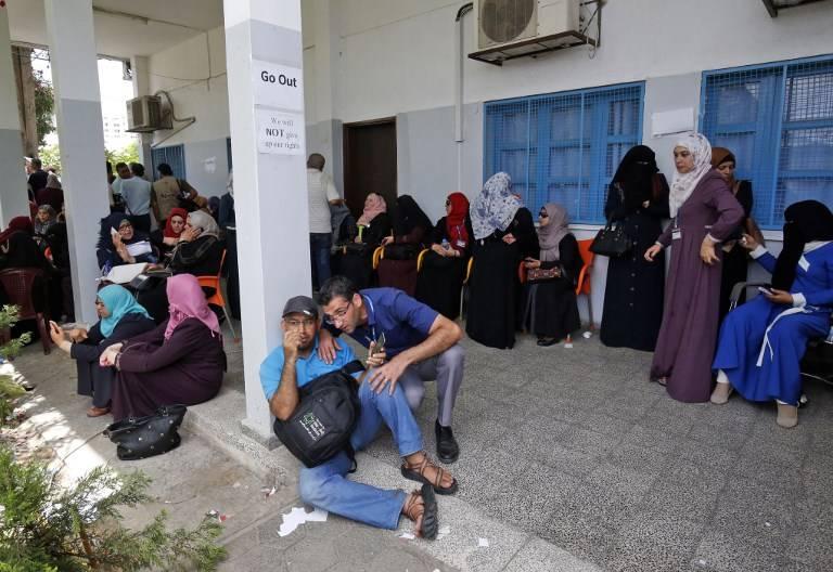 Empleados palestinos de la agencia de las Naciones Unidas para refugiados palestinos UNRWA participa en una protesta contra los recortes de empleos anunciada por la agencia, en su sede en la ciudad de Gaza el 25 de julio de 2018. (SAID KHATIB / AFP)