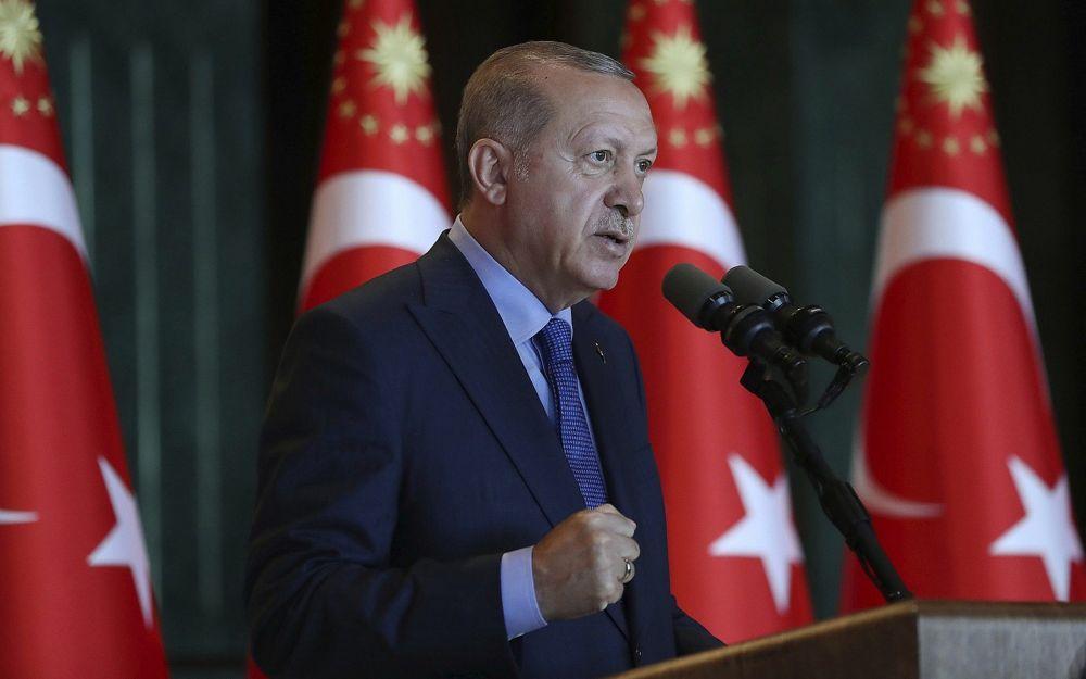 El presidente de Turquía, Recep Tayyip Erdogan, gesticula mientras pronuncia un discurso ante los embajadores turcos en el Palacio Presidencial en Turquía, el lunes 13 de agosto de 2018. (Pool Photo via AP)