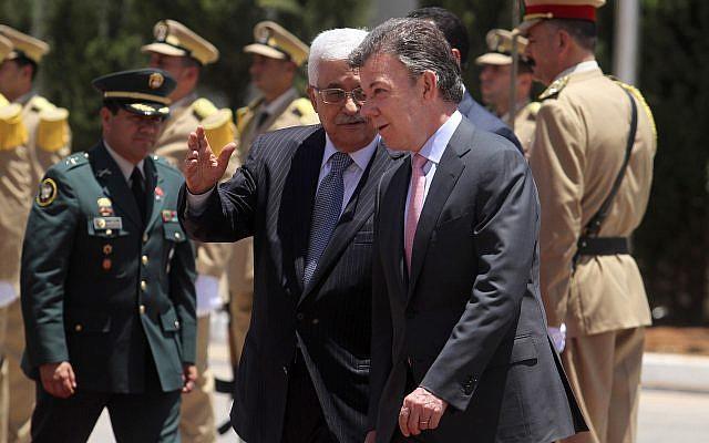 El presidente colombiano Juan Manuel Santos (R) acompaña al presidente de la Autoridad Palestina, Mahmud Abbas, durante una ceremonia oficial de bienvenida en la ciudad cisjordana de Ramallah, el 4 de junio de 2013. (Issam Rimawi / Flash90)