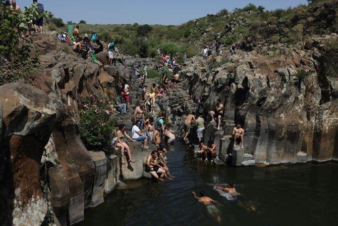 Los excursionistas nadan en la primavera de Zavitan en los Altos del Golán en el norte de Israel, el 18 de abril de 2014. (Yaakov Naumi / Flash90)
