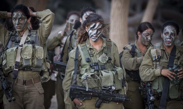 Los soldados del Batallón Caracal se preparan para una caminata como parte de su entrenamiento el 3 de septiembre de 2014. (Hadas Parush / Flash90)