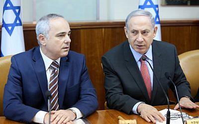 El primer ministro Benjamin Netanyahu (R) y el ministro de Energía, Yuval Steinitz asisten a la reunión semanal del gabinete en Jerusalén el 16 de agosto de 2015. (Marc Israel Sellem / POOL)