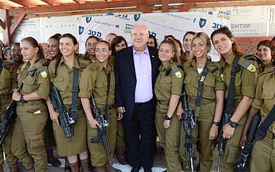 El presidente Reuven Rivlin visita la base militar de Tel Hashomer de las FDI, donde habló con las nuevas reclutas el 2 de agosto de 2016. (Mark Neyman / GPO)
