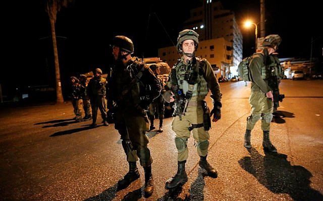 Ilustrativo. Soldados israelíes durante una redada en la estación de radio de al-Huriya por sospecha de incitación a la violencia en la ciudad cisjordana de Hebrón el 31 de agosto de 2017. (Wisam Hashlamoun / Flash90)