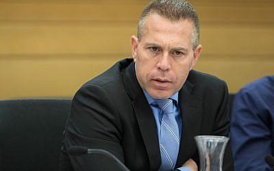 El ministro de Seguridad Pública, Gilad Erdan, asiste a una reunión del comité en la Knesset, el 14 de noviembre de 2017. (Flash90)