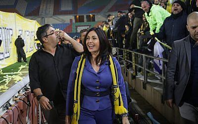 La ministra de Cultura y Deportes Miri Regev, vista con fanáticos antes del comienzo de un partido entre Beitar Jerusalem y Bnei Sakhnin FC, en el estadio Teddy en Jerusalén el 22 de enero de 2018. (Roy Alima / Flash90)