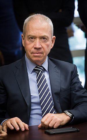 El ministro de Vivienda y Construcción, Yoav Gallant, en la Knesset, el 7 de mayo de 2018. (Miriam Alster / Flash90)