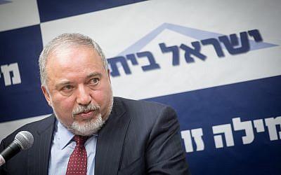 El ministro de Defensa, Avigdor Liberman, dirige una reunión de facción de su partido Yisrael Beytenu en la Knéset el 18 de junio de 2018. (Miriam Alster / Flash90)