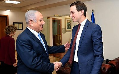 El asesor principal del presidente de los Estados Unidos, Donald Trump, Jared Kushner (derecha) se reúne con el primer ministro Benjamin Netanyahu en la oficina del primer ministro en Jerusalén el 22 de junio de 2018. (Matty Stern / US Embassy Jerusalem / Flash90)