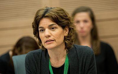 La líderresa del partido Meretz, MK Tamar Zandberg, asiste durante una reunión conjunta del Knesset y el Comité de Constitución en el Knesset, el 10 de julio de 2018. (Yonatan Sindel / Flash90)
