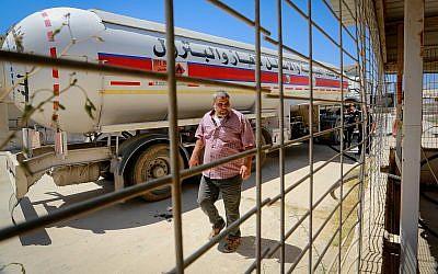 Un palestino llenó de combustible un camión desde Egipto, en Rafah, en el sur de la Franja de Gaza, el 6 de agosto de 2018. (Abed Rahim Khatib / Flash90)