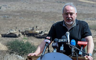 El ministro de Defensa, Avigdor Liberman, realiza un simulacro de ejército en el norte de Israel el 7 de agosto de 2018. (Basel Awidat / Flash90)