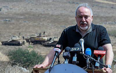 El Ministro de Defensa, Avigdor Liberman, realiza una visita a un simulacro de ejército en el norte de Israel el 7 de agosto de 2018. (Basilea Awidat / Flash90)