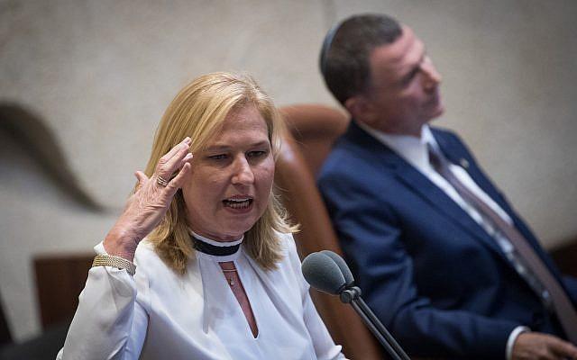 El 8 de agosto de 2018, el jefe de la oposición Unión Sionista MK Tzipi Livni habla en la Knéset, en Jerusalén. (Yonatan Sindel / Flash90)