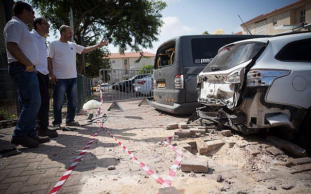 El sitio donde un proyectil de mortero de la Franja de Gaza impactó en un edificio de apartamentos y automóviles en la ciudad de Sderot, al sur de Israel, el 9 de agosto de 2018. (Yonatan Sindel / Flash90)