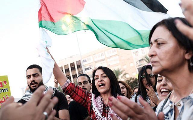 Árabes israelíes, algunos agitando banderas palestinas, protestan contra la ley del estado-nación 'en la plaza Rabin en Tel Aviv el 11 de agosto de 2018. (Tomer Neuberg / Flash90)
