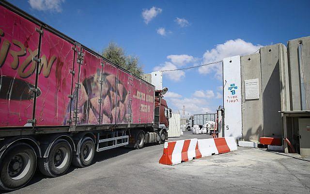 Los camiones que transportaban mercancías ingresan a la Franja de Gaza a través del Kerem Shalom Crossing después de que fue reabierto por Israel el 15 de agosto de 2018. (Flash90)