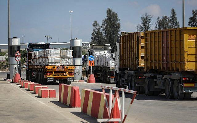 Los camiones cargados con mercancías y mercancías hacen entregas a la Franja de Gaza después de que se abriera el cruce Kerem Shalom el 15 de agosto de 2018. (Flash90)