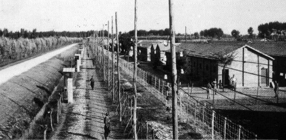 El campo de tránsito italiano Fossoli, un sitio de encarcelamiento para judíos italianos a punto de ser deportados a Auschwitz-Birkenau, donde casi todos fueron asesinados a su llegada, 1943-45 (dominio público)