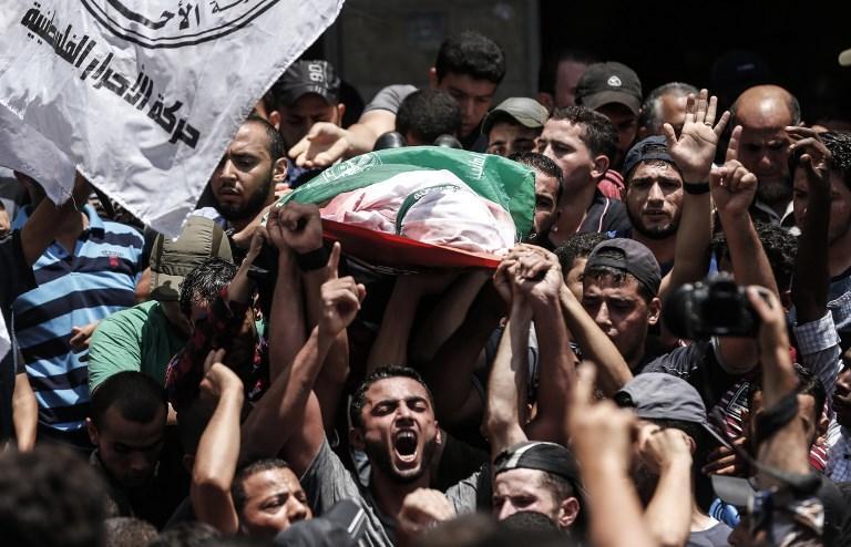 Los deudos palestinos llevan el cuerpo de un francotirador de Hamas muerto por fuego israelí, durante su funeral en Jabalia, en el norte de la Franja de Gaza, el 7 de agosto de 2018. (AFP / MAHMUD HAMS)