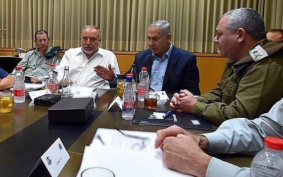 El primer ministro Benjamin Netanyahu (centro) y el ministro de Defensa Avigdor Liberman (2 a la izquierda) se reúnen con altos funcionarios seculares en la sede de las FDI en Tel Aviv, el jueves 9 de agosto de 2018 (Ministerio de Defensa)