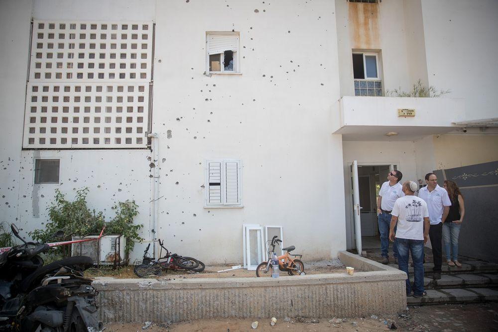 El sitio donde un proyectil de mortero de la Franja de Gaza impactó en un edificio de apartamentos y automóviles en la ciudad de Sderot, al sur de Israel, el 9 de agosto de 2018. (Yonatan Sindel / Flash 90)