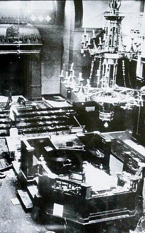 El interior de la Gran Sinagoga en Deventer, Países Bajos, después de haber sido saqueado por los nazis locales en 1941. (Wikimedia Commons / Tfursten)