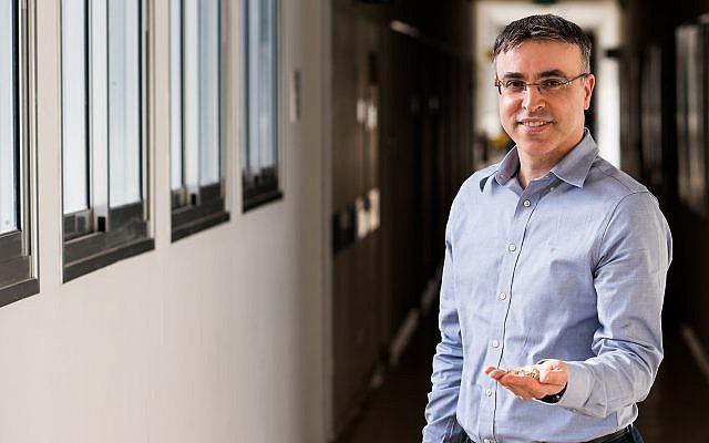 El profesor Hossam Haick del Technion que sostiene los analizadores de aliento que utilizan sensores miniaturizados y algoritmos de aprendizaje automático para detectar la aparición temprana de la enfermedad de Parkinson (Technion)