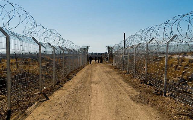 Una valla de alambre de púas que protege la clínica de campo Mazor Ladach en los Altos del Golán, donde soldados de las FDI y voluntarios extranjeros brindaron atención médica a unos 6.800 sirios entre agosto de 2017 y agosto de 2018. (Unidad de portavoz de la FDI)