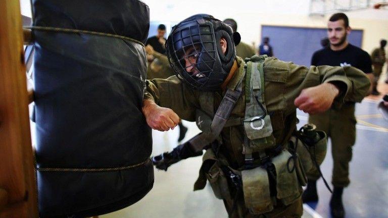Ilustrativo: los soldados participan en el entrenamiento de Krav Maga en la base de Regavim el 19 de abril de 2016. (AFP Photo / Menahem Kahana)