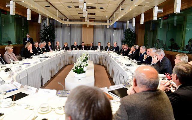 El primer ministro Benjamin Netanyahu desayuna con los ministros de Asuntos Exteriores de los países de la UE en Bruselas, el 11 de diciembre de 2017. (Avi Ohayon / GPO)