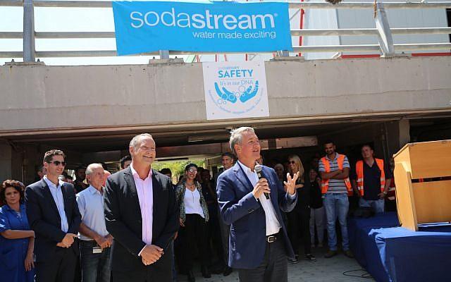 El CEO de SodaStream Daniel Birnbaum (l) y el CEO de PepsiCo, Ramon Laguarta, en la fábrica SodaStream en el desierto de Negev de Israel, cerca de la ciudad de Rahat, el 20 de agosto de 2018. (Eliran Avital)