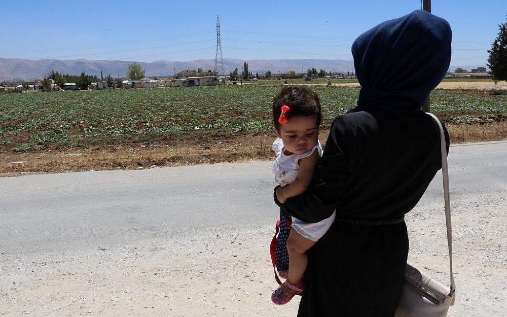 Zeina se encuentra fuera del asentamiento informal en el que vive con su hija de 7 meses. A la edad de 14 años, la obligaron a casarse con un hombre de 53 años, que la abandonó. Ella ahora cría a la niña sola. (Lisa Khoury / Times of Israel)
