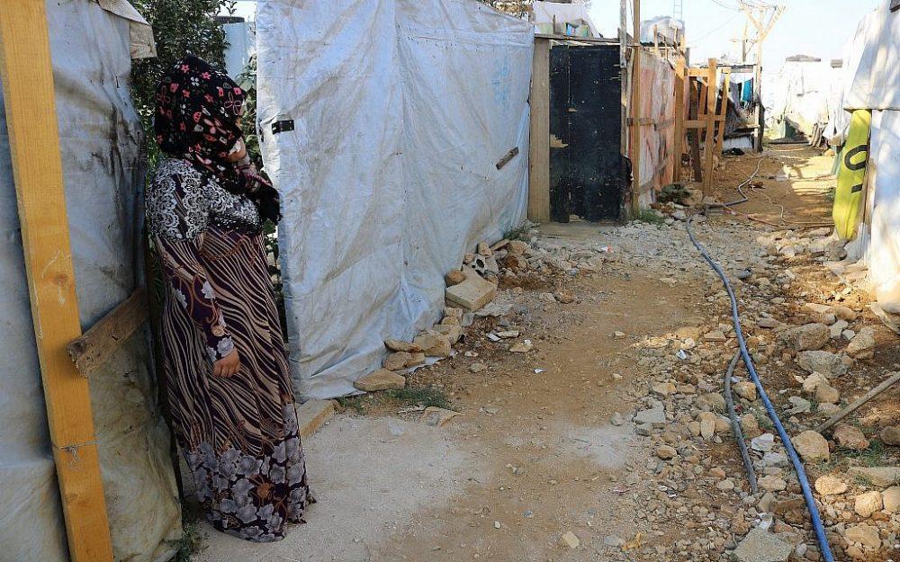 Halima Ali Al Hussein se encuentra fuera de la cabaña de su familia, a la que apenas se le permite irse. Después de divorciarse, se considera una vergüenza para la comunidad. (Lisa Khoury / Times of Israel)