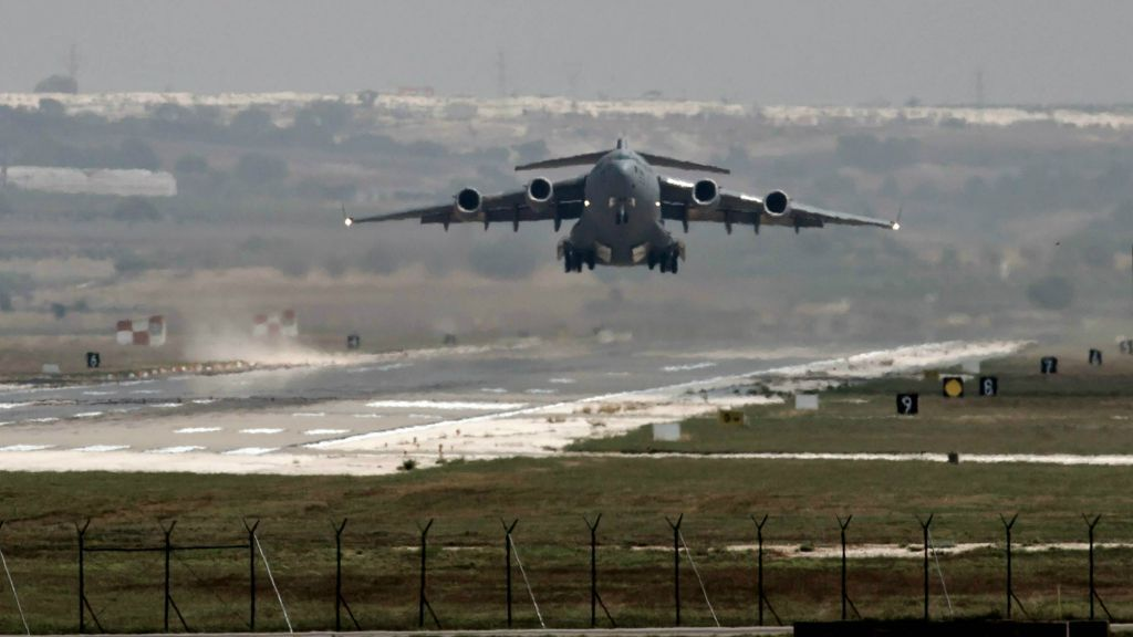 Un avión de la Fuerza Aérea de EE. UU. despega de la base aérea Incirlik en el sur de Turquía, el 1 de septiembre de 2013. (AP / Vadim Ghirda, Archivo)