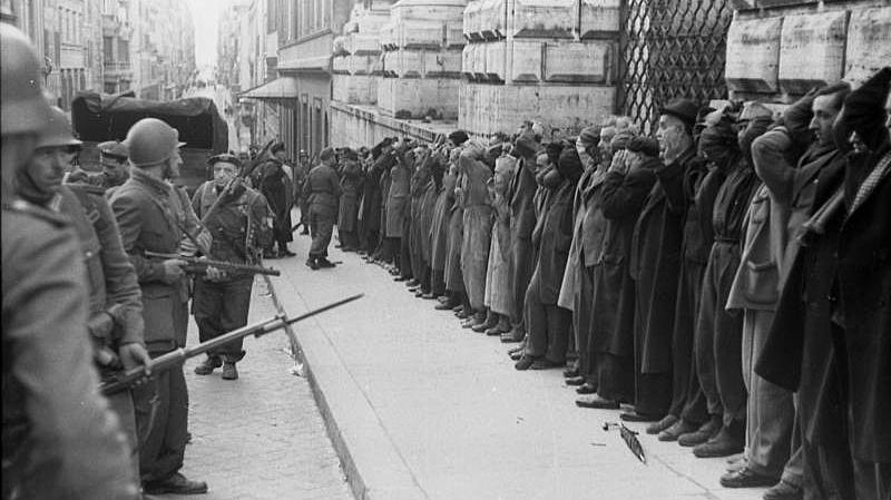 Los soldados alemanes arrestan a civiles italianos en Roma después de un ataque partidista contra las fuerzas nazis durante la Segunda Guerra Mundial (dominio público)